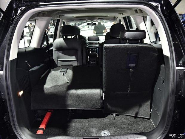 内饰方面,瑞风R3整体采用黑棕双色的皮质包裹内饰,中控台的设计风格较为简约,质感也十分到位。在配置方面,未来上市的瑞风R3将会配备10.25英寸悬浮式中控大屏、大尺寸天窗、车身稳定系统、前后驻车雷达、胎压监测、平底式多功能方向盘、车顶行李架等。而在座椅方面,据悉新车将至少会提供2+2+2式6座和2+2+3式7座两种布局。